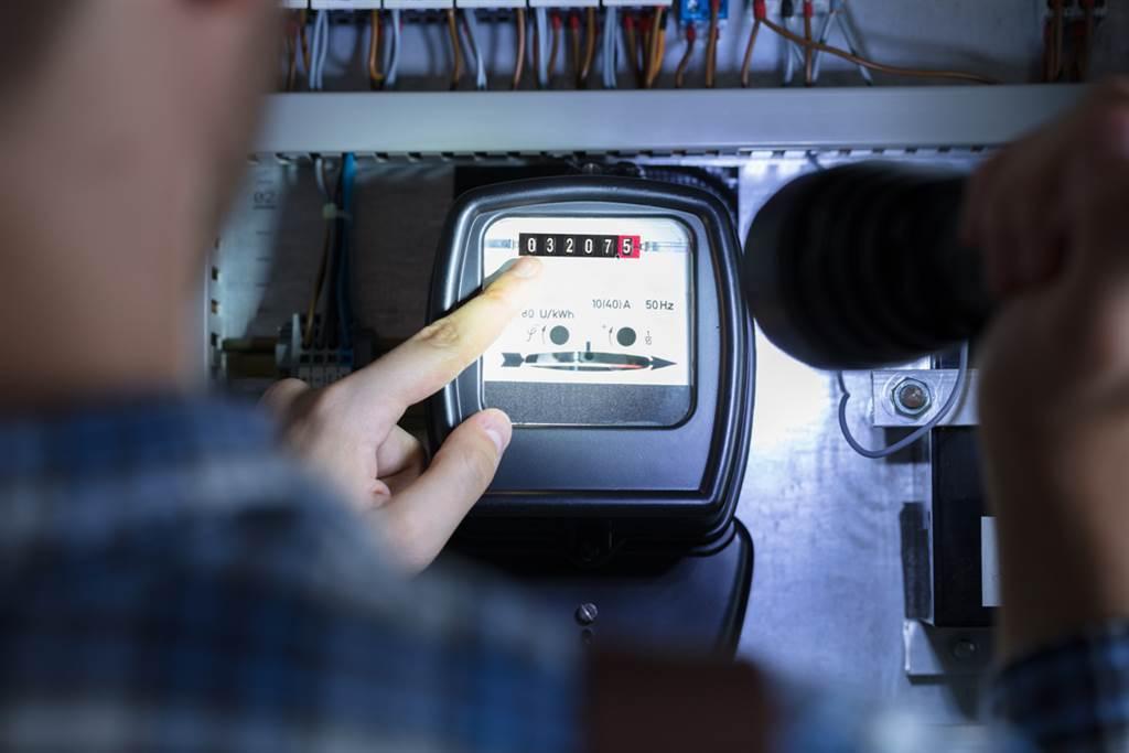 租屋妹驚覺電費超貴查電錶,結果驚呆眾人「房東爽賺1倍」。(示意圖/Shutterstock)