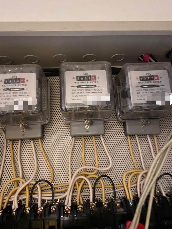 租屋妹每月用300度電,仔細查電錶才知問題,原來房東裝的是「單相2線式(220V)」的電錶,若用110V的電器,會以2倍速旋轉。(圖/翻攝自Dcard)