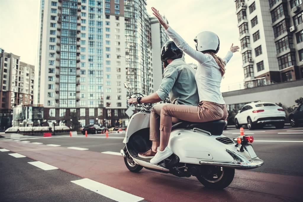 印尼一名男子因為被女友懷疑騎車偷載妹,所以將機車拿去改造,在坐墊上插滿了鐵釘。(示意圖/達志影像)