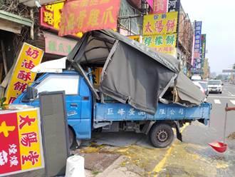小貨車被大貨車後照鏡勾到 衝撞太陽餅店雞蛋破滿地