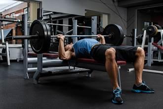 大重量臥推藏風險 壯男重訓胸肌應聲斷裂