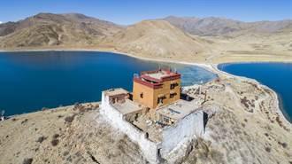 西藏最孤獨寺廟坐擁湛藍美湖 一僧人與世隔絕每日修行