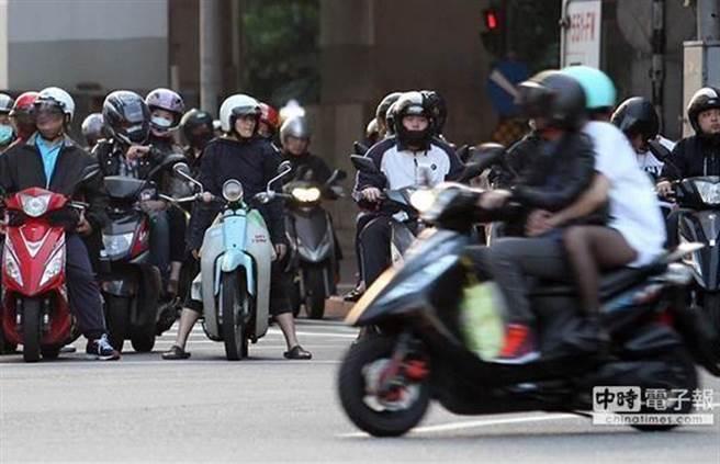 公路總局宣布,持汽車駕照騎機車,5月3日起得通過筆試才行。(圖/本報資料照)