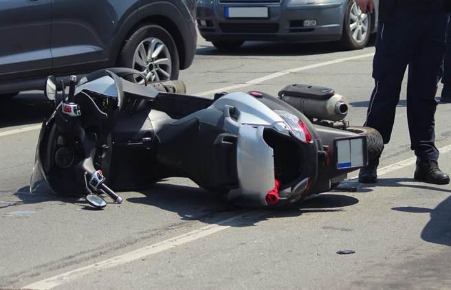 高雄發生機車與計程車相撞車禍,路過護理師即刻救援。(示意圖,達志影像/shutterstock)