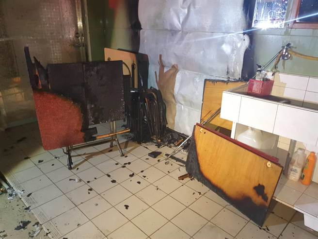 王姓男子燒毀了兩張桌子、數張椅子以及天花板燈具,廟方初估損失約5000元。(姜霏翻攝)