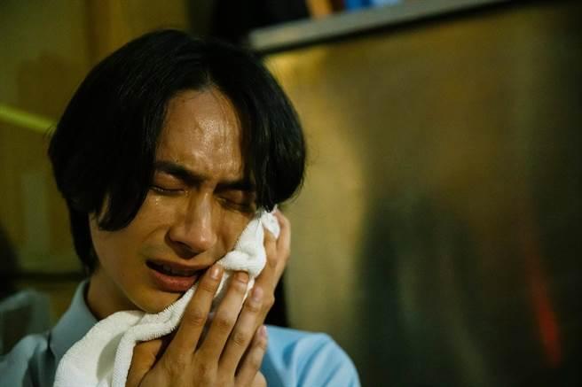 黃河在〈愚人遊戲〉MV中大展哭戲功力。圖/相信音樂提供