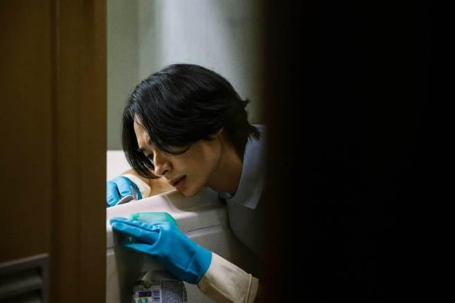黃河在〈愚人遊戲〉MV中飾演飯店清潔員。圖/相信音樂提供