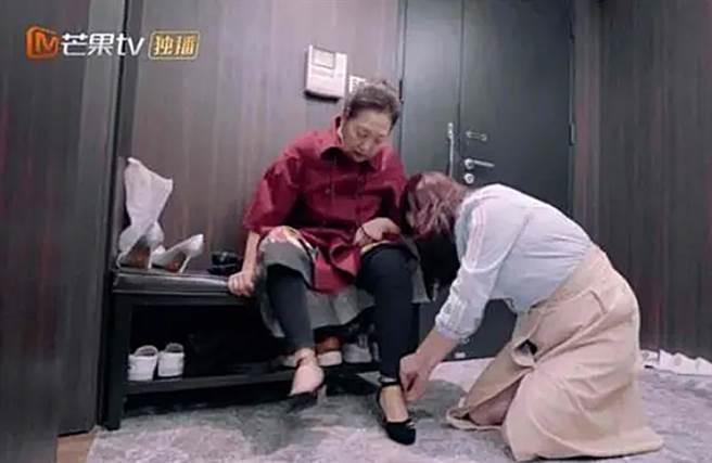 陳松伶在節目中跪地替婆婆穿鞋。(圖/翻攝自秒拍)