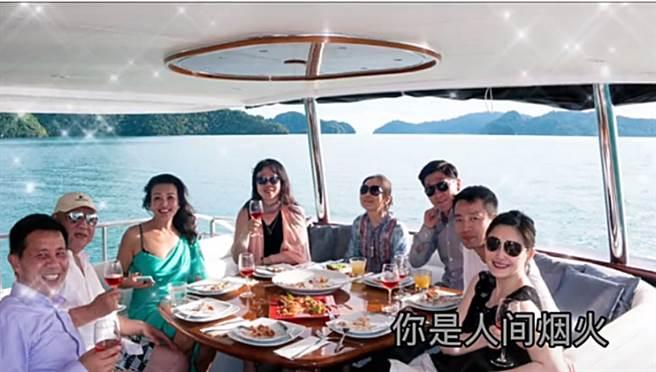 大S、汪小菲、張蘭和親友在船上合照。(圖/取自新浪娛樂)