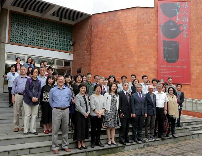 中央研究院民族所博物館將於今(31)日推出特展「跟人類學家喝茶去」,希望透過人類學家研究茶文化的視野,邀請對台灣茶藝文化有興趣的民眾、專家及學者,一起檢視與討論台灣茶藝進40年發展。與會嘉賓一同合影留念。(中研院提供/李侑珊台北傳真)