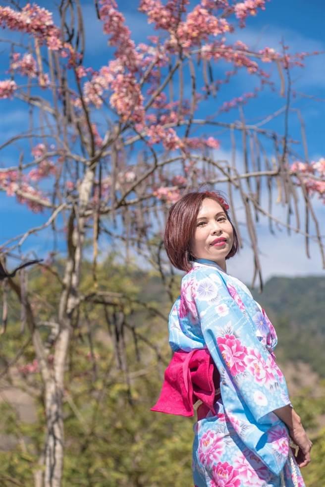 六龜寶來花賞溫泉公園管理業者簡銘辰說,園區今年首創出租日本和服供遊客穿著拍照,讓自己如沈浸在日本賞花的詩情畫意中。(林雅惠攝)