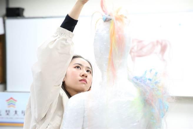 玄奘大學時尚設計學系的整體造型國際大師分享研習營,是國內首創,讓學員們吸取前輩經驗,也發揮獨特創意。(圖/玄奘大學提供)