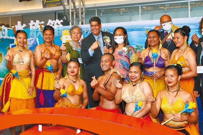 帛琉總統惠恕仁(Surangel Whipps Jr.)(後左四)賢伉儷30日一同出席在台北的帛琉觀光宣傳活動,現場和穿著帛琉傳統服裝的在台學生合影留念,邀請大家來帛琉玩。(趙雙傑攝)