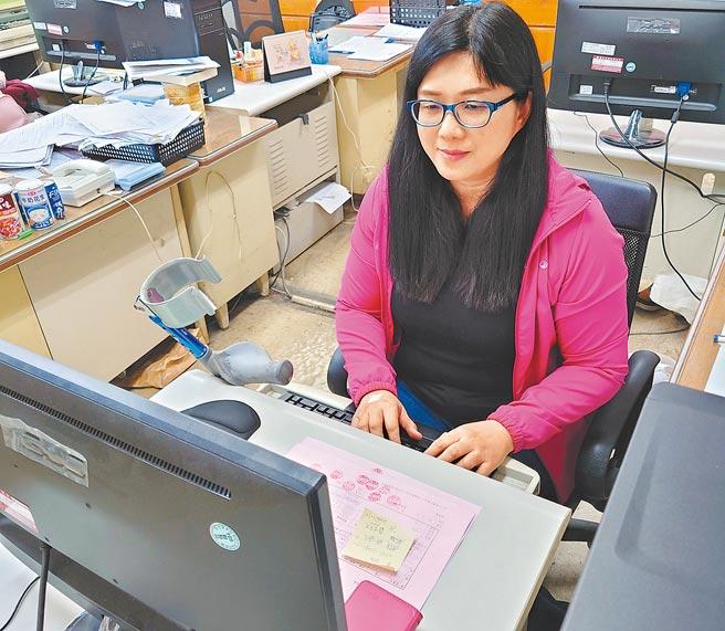 何欣茹9歲遭火車輾斷雙腿,但她不因此放棄人生,考進台電公司工作,開啟她的「截」後人生。(新北市勞工局提供/許哲瑗新北傳真)