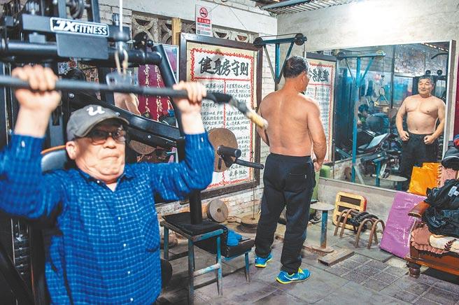 隨著大陸人口邁入老齡化,老年人的再就業、養老與醫療,是大陸待完善的民生議題。圖為在北京西郊一處老舊居民樓旁,對老人免費開放的健身房。(新華社)