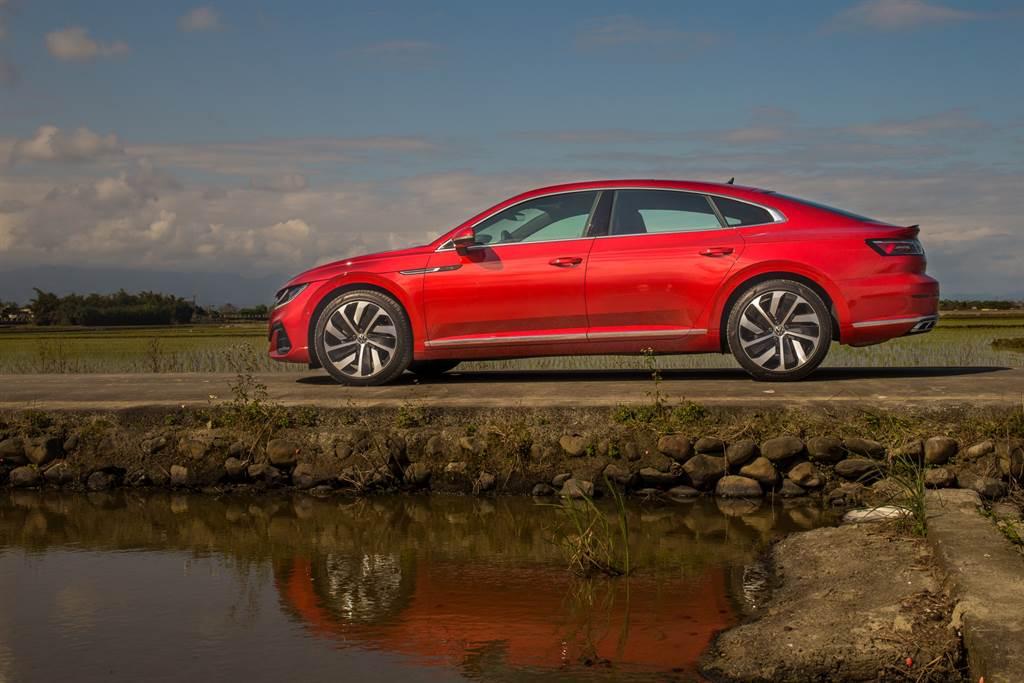 以4-door Coupe作為設計理念的Arteon,車側優雅的線條尤其吸睛。