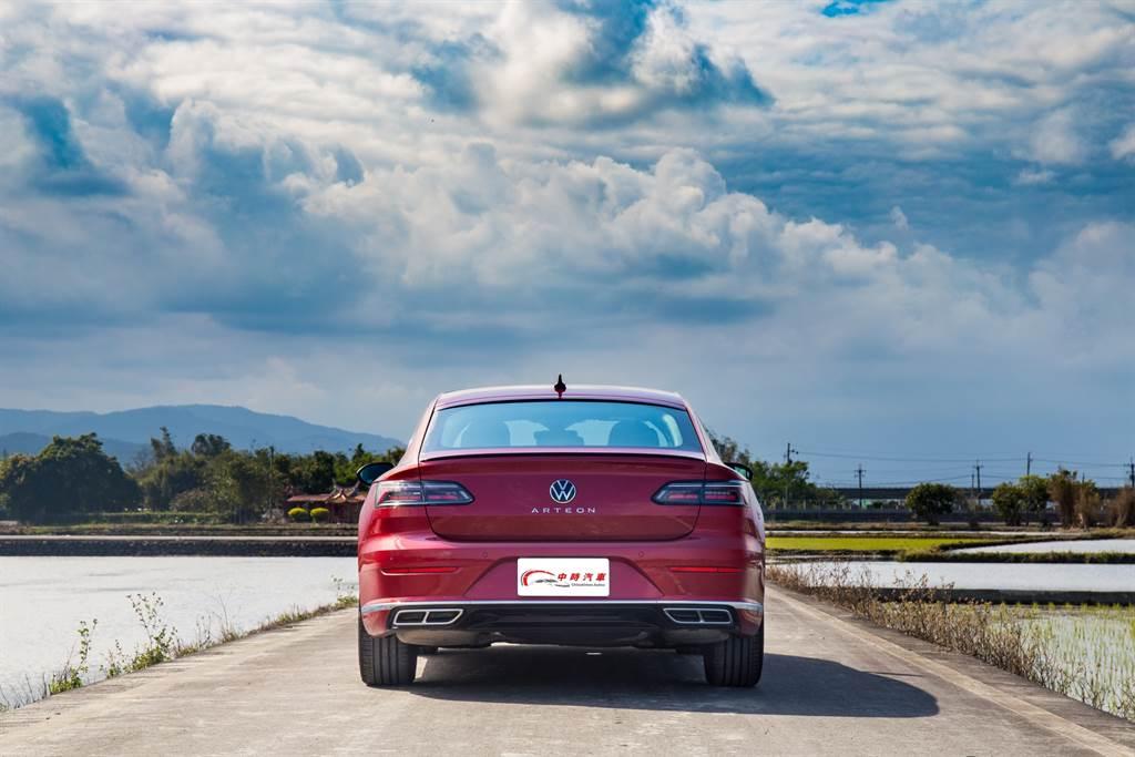 Arteon的車尾造型也是引領品牌風格,將車名加註在品牌徽飾下方,此設計來自於過去的旗艦車款Phaeton。