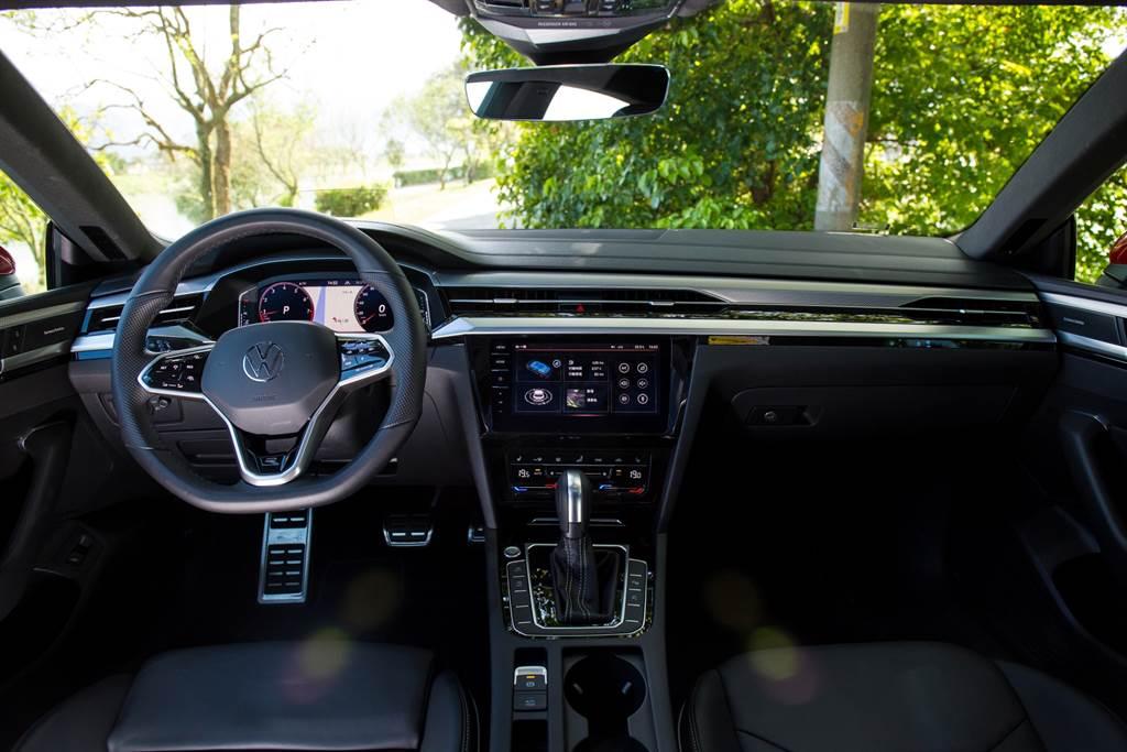 相較於引人注目的外型,Arteon的內裝就顯得熟悉許多,大致上與過去VW品牌的設計風格相同。