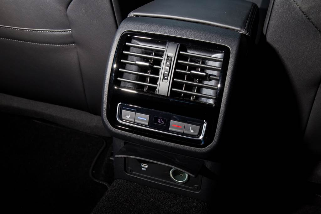 後座也具備獨立恆溫空調,且少見的具備後座電熱椅,USB接口也全面換裝Type-C。