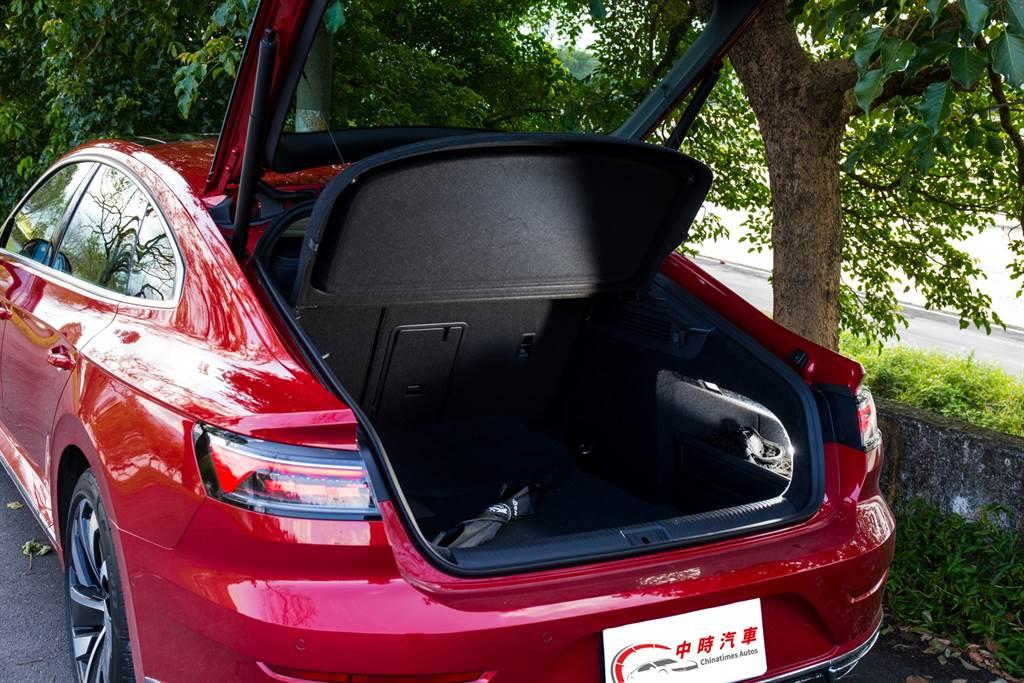 行李廂容積達563L,加上採用連同後擋玻璃一同開啟的尾門,實用性更勝傳統轎車。