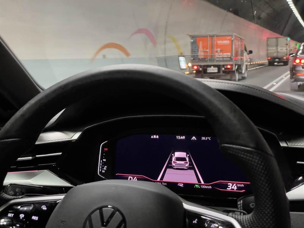 針對駕駛輔助部分,Arteon當然也用上了集團最新科技,擁有達到Lv2的半自動駕駛輔助。