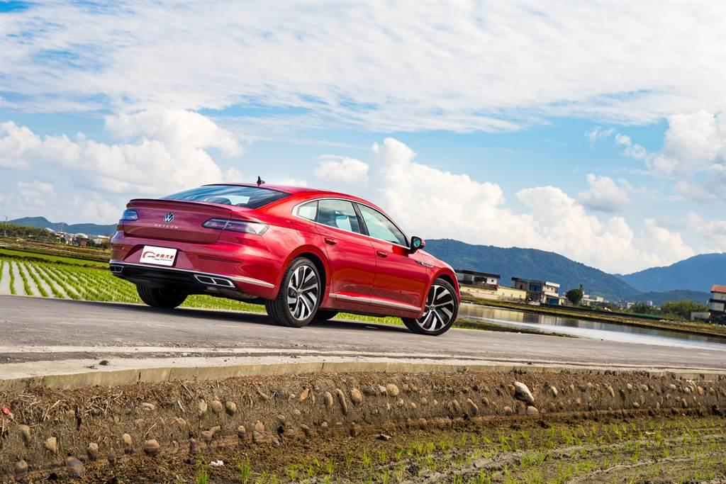 試駕的330 TSI R-Line在車系中屬中高規格,售價就已達到175.8萬元,已是豪華品牌入門車款水準,而強調性能的380 TSI更是來到近200萬元之譜,如何說服消費者不圓豪華車夢,將會是Arteon未來面臨的最大挑戰。