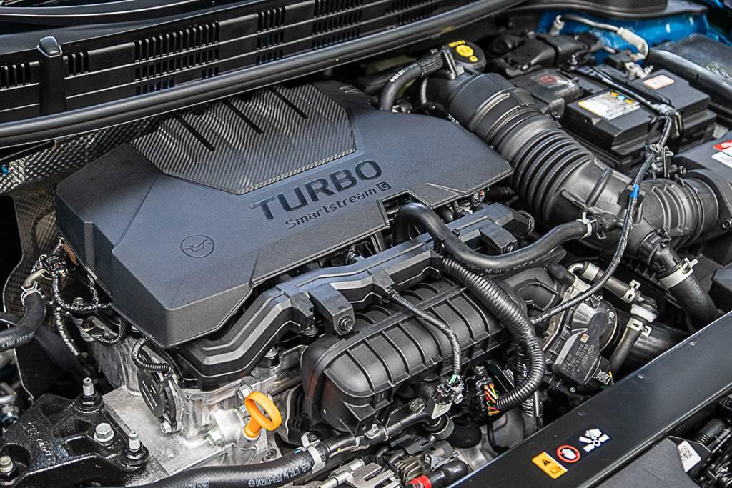 Stonic所裝配的1.0直列三缸渦輪增壓引擎,擁有120ps/20.4kgm的出力水準。