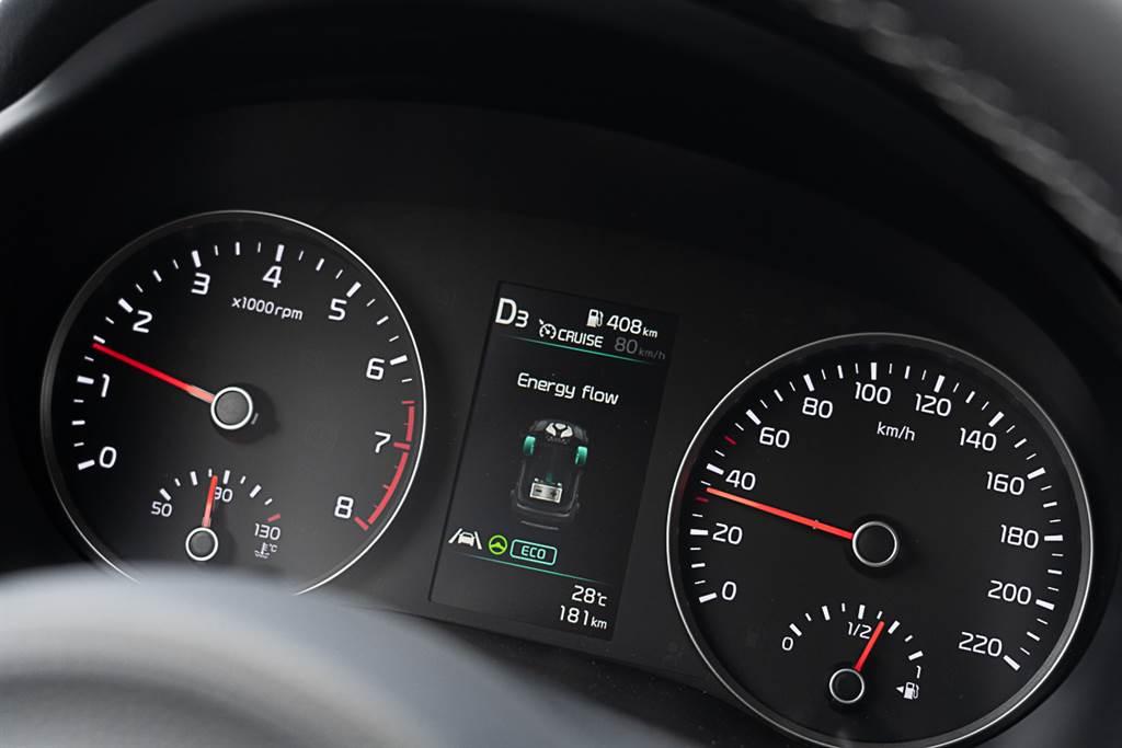 Energy Flow啟動時,Stonic會透過動能回收系統為電池進行行進間充電,會明顯感受出一股稍為不自然的引擎煞車,新購車主可能需要一些時間來適應。