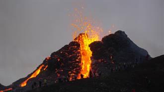火山口打排球、烤熱狗 網一看驚呆:不要命了