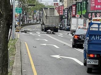 貨車車斗未降致紅綠燈架連根拔起 巨大聲響嚇壞路人