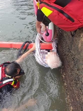 阿伯失足掉入淡水河 目擊遊客急報案
