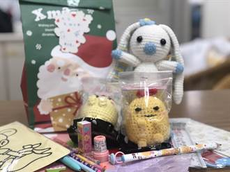 癌友串連愛心編織娃娃禮物包 贈病童安撫情緒