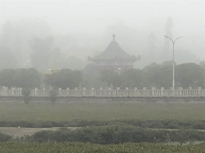 已進入霧季的金門,今天上午仍是大霧瀰漫。(李金生攝)