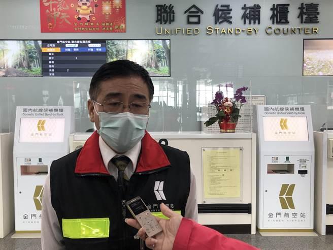 金門航空站主任洪念慈說明,根據氣象資料預估在中午左右,才可望霧氣消散,恢復正常起降。(李金生攝)