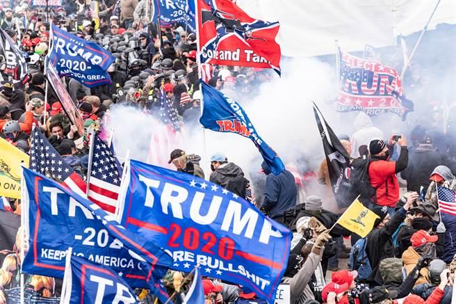 川普的支持者為了阻止國會議員確認民主黨籍的拜登贏得總統大選,於1月6日擅闖國會大廈,引發混亂。(圖/shutterstock)