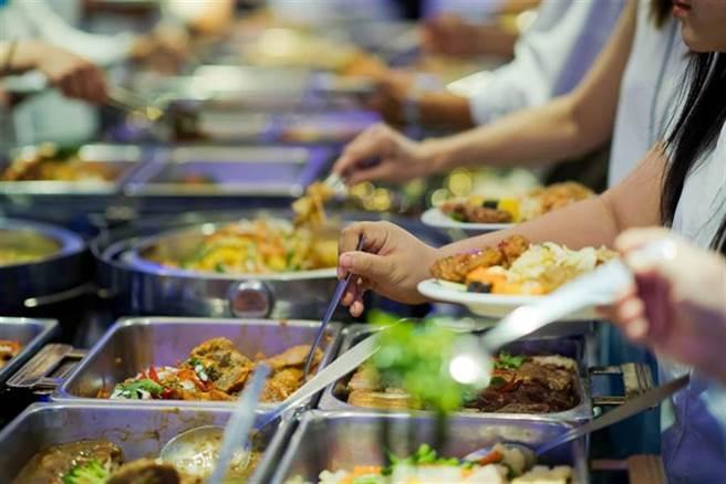消基會查自助餐廳防疫 35%收銀員收錢又盛飯 - 生活