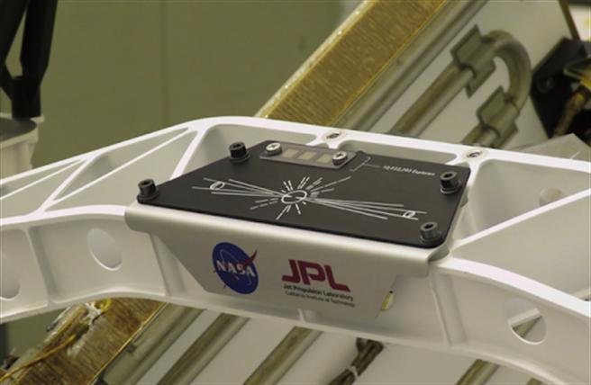 NASA的火星探索專案日前發起「把你的名字送上火星」的活動,圖為登錄名字的晶片在火星登陸載具上的位置。(圖/NASA)
