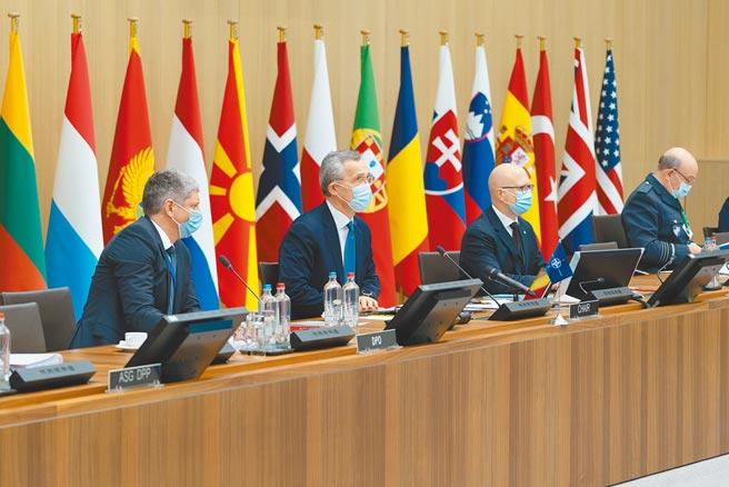 美國拜登政府強化亞太防衛能力,外界稱其意圖打造亞洲北約。圖為今年2月,北約秘書長斯托爾滕貝格(左二)主持北約國防部長會議。 (新華社)