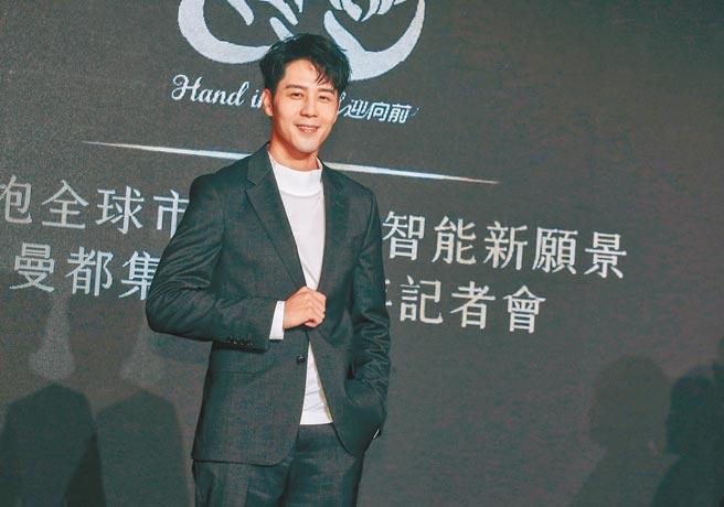 胡宇威昨帶著腳傷出席活動。(粘耿豪攝)