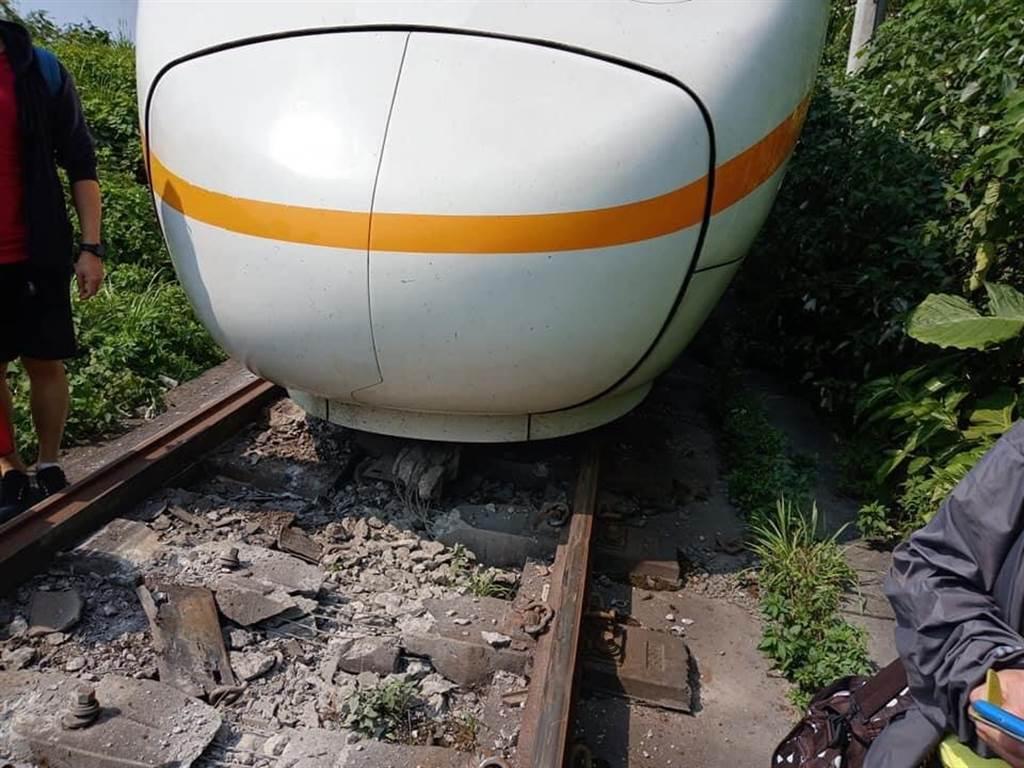 太魯閣號列車花蓮出軌,卡隧道現場畫面曝光。(圖/民眾林銘峰提供)