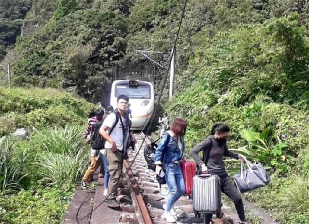 太魯閣號列車發生事故,乘客拎行李逃離現場。(圖/翻攝自花蓮同鄉會)
