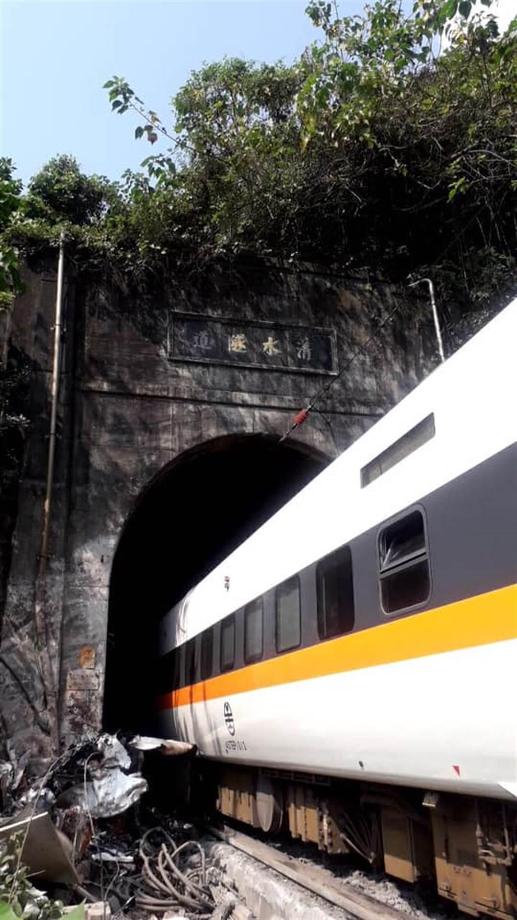 工程車砸太魯閣號,列車出軌卡隧道。(圖/翻攝花蓮同鄉會臉書)