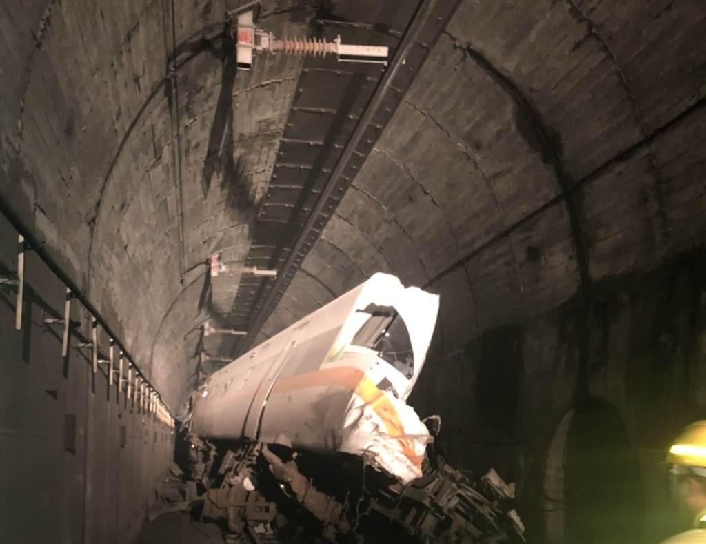 工程車滑落砸中害出軌,太魯閣號「像豆腐一樣被切開」。(圖/民眾提供)