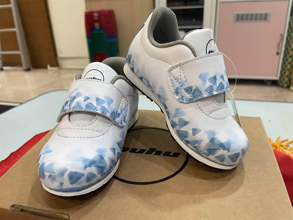 鎮瀾兒童家園小宜設計的幾何圖形渲染風格鞋款。(台中市社會局提供/王文吉台中傳真)
