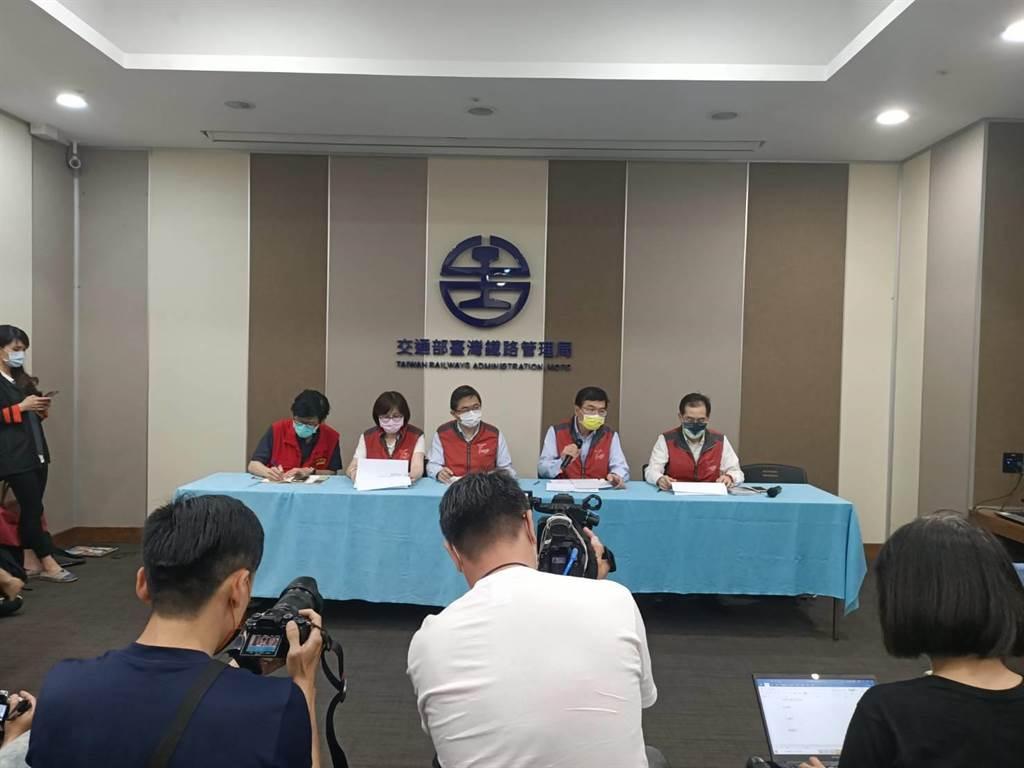 台鐵2日晚間舉行記者會說明太魯閣事故(簡立欣攝)