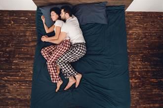 19歲男友側躺抱睡媽媽 女大生崩潰:是我想法不正常?