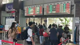 【太魯閣出軌】台東火車站湧入大批民眾 阿伯心急還沒聯絡上兒子 大嘆完了
