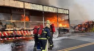 清明火從公墓延燒到大貨車 彰化濃墨黑煙沖天壟罩街區嚇壞人
