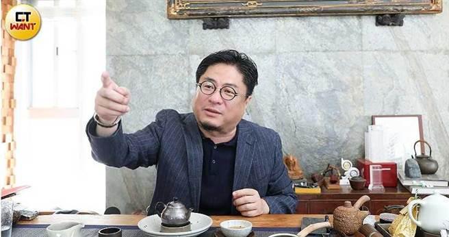 熱愛美學及創意的戴俊郎,原本想當建築師,為了改善家計走上創業路。(圖/王永泰攝)