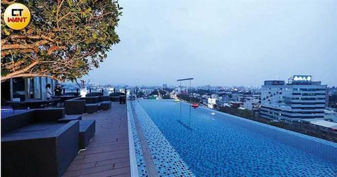 「桃城茶樣子」頂樓的無邊際泳池,是嘉義市東區的制高點,周遭景色一覽無遺。(圖/王永泰攝)